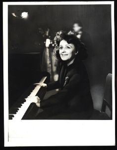 Edith+Piaf,+1947.jpg 496×640 píxeles