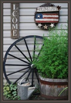 Front Yard Decor with Wagon Wheel - Art and Decoration Ideas Garden Care, Rustic Gardens, Outdoor Gardens, Wagon Wheel Decor, Wagon Wheel Garden, Yard Art, Lawn And Garden, Garden Projects, Backyard Landscaping