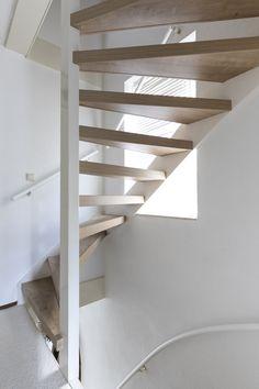 Traprenovatie van een open trap. Deze open trap is dubbelzijdig bekleed met het decor Mountain Oak. Door een trap aan zowel de onderkant als de bovenkant te bekleden kijk je van beide kanten tegen het mooie onderhoudsvriendelijke decor aan. Apartment Interior, Decor, Small Apartment Interior, Inspiration, Interior, Shelves, Open Trap, Home Decor, Stairways