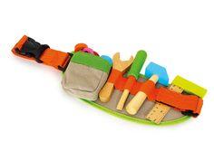 CINTURÓN DE HERRAMIENTAS Con el cinturón de herramientas de colores tendrán todo a mano. Regla, destornillador, martillo, llave inglesa, tres tornillos y 5 tuercas en madera maciza y en colorido barniz. La hebilla de click es de naylon se puede abrir y cerrar sin problemas. Medidas aproximadas: 32x12x2 cm Materiales: Madera Otros materiales Edad recomendada: Desde 3 años