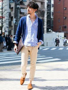 【nano・universe】春夏らしい淡い色味のシャツをベースに、ネイビーのカーディガンで引き締めています。袖周りやパンツのロールアップで抜け感を出すことで、艶感のあるリラックスしたスタイルに。