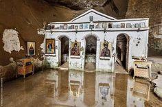 """Στην Ελλάδα υπάρχουν πολλές όμορφες εκκλησίες και μοναστήρια. Αυτό όμως το μοναστήρι στο νομό Ηλείας ξεχωρίζει για τη απαράμιλλη ομορφιά του. Βρίσκεται κοντά στο χωριό Γούμερο του Δήμου Ωλένης στο Νομό Ηλείας. Είναι """"κρυμμένο"""" μέσα σε ένα καταπράσινο φαράγγι που έχει χαρακτηριστεί από το Υπουργείο Πολιτισμού ως μνημείο φυσικής ομορφιάς. Εκεί είναι η περίφημη Μονή […] The post Ένα άγνωστο μοναστήρι μέσα σε ένα φαράγγι σφηνωμένο σε δύο βράχους appeared first on NewSide.gr. Places In Greece, The Good Place, Travel, Amazing Places, Viajes, Destinations, Traveling, Trips"""