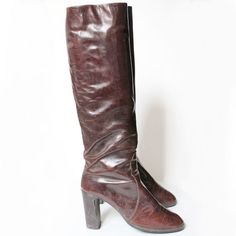 Bottes en cuir bordeaux Pointure 36,5-37  Hauteur de talon: 8 cm Tour de mollet: 34 cm Bon état Tour, Bordeaux, Heeled Boots, Heels, Fashion, Vintage Boots, Accessories, High Heel Boots, Heel