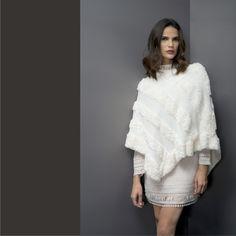 Inspiração de hoje!❤️  Mix de texturas e volumes para deixar o seu look muito sofisticado!    Poncho:: 1171160  Vestido:: 1171337    #SoulRS #BeYourself #inverno2017 #reginasalomao #NewCollection #FashionTrends #poncho #totalwhite