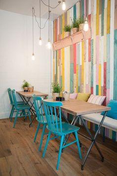 la dco colore dun restaurant madrilne - Painted Wood Cafe Decoration
