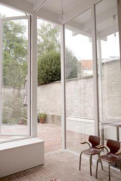 Sarah Poot bouwde 5 jaar geleden haar eigen woning op een klein hoekperceel van nauwelijks 78 vierkante meter in Antwerpen. Patio Interior, Interior And Exterior, Interior Design, Minimalist Architecture, Interior Architecture, Outdoor Spaces, Outdoor Living, Glass Facades, Forest House