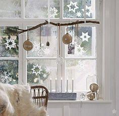 Weihnachtssterne aus Transparentpapier ausschneiden und als Fensterdeko nutzen