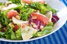 Праздничный салат с кедровыми орехами, сыром бри и шампанским