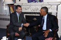 U.S. President Barack Obama (R) shakes hands with King Felipe VI of Spain during a bilateral meeting in the Oval Office at the White House September 15, 2015 in Washington, DC. King Felipe VI and Queen Letizia are visiting Washington in an effort to reinforce the American-Spanish relationship.