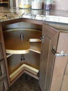 Image from http://st.hzcdn.com/simgs/43e16f7b0171babb_4-7875/kitchen-cabinetry.jpg.
