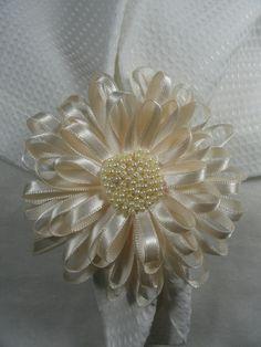 Porta guardanapo confeccionado em fita de cetim, com argola forrada.Pode se feito em outras cores.