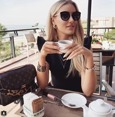 What's a country you wanna travel to? Coffee Girl, I Love Coffee, Coffee Break, Coffee Shop, Coffee Coffee, Look Fashion, Girl Fashion, Fashion Outfits, Womens Fashion