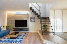 【リビング】 グレーの内装用タイルと間接照明の明かりが上質な雰囲気を演出してくれます。間仕切りのない開放的なLDKの中心に鉄骨階段を配置し空間にアクセントを。 Home Furniture, Stairs, Interior Design, Simple, Building, Modern, Deco Interiors, Home Decor, Houses