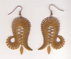 náušnice - fotoalba ulivatelu - D? Lace Earrings, Lace Jewelry, Jewelery, Bobbin Lacemaking, Lace Art, Lace Making, Lace Knitting, String Art, Wool Yarn
