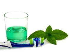 Mundwasser mit ätherischen Ölen. Bereite dir eine gut verschließbare Glasflasche (ca. 1/4 l) vor, koche die entsprechende Menge Wasser ab und gib anschließend ein oder mehrere ätherische Öle deiner Wahl dazu (nach dem Auskühlen!). Vor dem Gebrauch schütteln, Mund ca. 1 Minute gut spülen, durch die Zähne ziehen (auch hinten) und anschließend ausspucken.  Besonders geeignet für eine natürliche Mundhygiene sind die ätherischen Öle Zitrone (Lemon), Teebaum (Melaleuca), Pfefferminz, Wilde Orange…