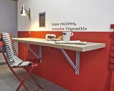 Table d'appoint pour prendre le petit déjeuner.  #cuisine #table #rouge