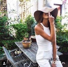 biały strój, beżowy kapelusz