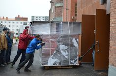 Näyttelyn lavasteet ja rakenteet piti saada nopeasti säsätiloihin, jotta ne eivät kastuisi. Tiedekeskus Tietomaa, Luuppi, Oulu (Finland)