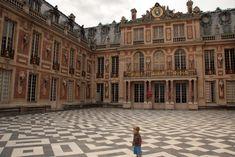 De voorgevel van het kasteel van Versailles waar de koninklijke slaapkamers zijn Versailles, Louvre, Vans, Building, Travel, Ile De France, Viajes, Van, Buildings