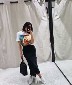 Pairing a graphic tee with a skirt is iconic. Fashion Killa, Look Fashion, 90s Fashion, Fashion Outfits, Womens Fashion, Fashion Trends, Casual Street Style, Street Style Women, Mode Outfits