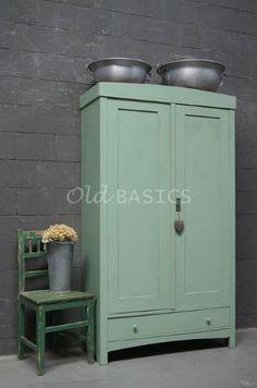 Linnenkast 10117 - Mooie oude mint groene linnenkast, met een eenvoudige vormgeving. De randen van de kast zijn licht geschuurd, onderin zit een lade. Deze demontabele kast is ook leuk voor op een kinderkamer!