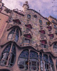 [ENG] Every time I passed by Casa Batlló I had to stop and stare at the building for a few seconds astonishing.  [CAT] Cada vegada que he passat per Casa Batlló mhe hagut daturar per contemplar ledifici embadalit.  #CasaBatlló #barcelonamagazine #wonderlustbarcelona #comomolabarcelona #topbarcelonaphoto #barcelona_turisme #バルセロナ #visitbarcelona #bcnmoltmes #thebarcelonist #ig_barcelona #Barcelona #HypeinCatalunya #HypeinTokyo #discover_catalonia #raconsde_catalunya #elmeupetit_pais…