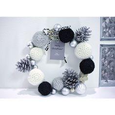 モノトーンの毛糸で作ったクリスマスリースです♪