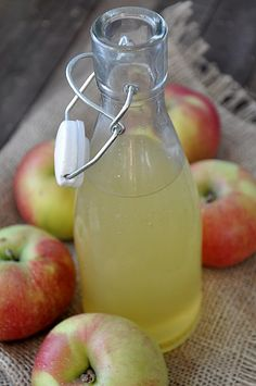 Przygotowuję ocet jabłkowy przy okazji robienia przetworów z jabłek gdy zostają resztki: ogryzki, obierki i  drobne jabłka.