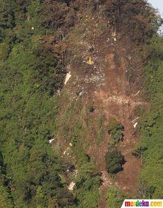 Tampak serpihan pesawat Sukhoi Superjet 100 di ketinggian 1600 dpl di Gunung Salak, Bogor, Jumat (11/5).