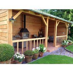Houten veranda type Brummen is afgebeeld met een lessenaarsdak en staat vrij. De achterwand en zijwanden van de vrijstaande lariks / douglas veranda is dicht en de voorzijde heeft een balustrade / hekwerk 80 cm hoog met een doorgang van c.a. 100 cm. Het hout van de veranda bestaat uit gezaagd lariks / douglas hout. De houten veranda heeft als dakbedekking metalen dakpanplaten maar tegen een meerprijs zijn er ook dakpannen te verkrijgen. Het geheel wordt als bouwpakket thuis ge...