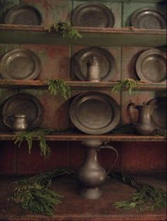 Such a simple decoration, Colonial pewter! Primitive Living Room, Primitive Kitchen, Primitive Furniture, Primitive Antiques, Primitive Decor, Colonial Furniture, Primitive Country, Rustic Kitchen, Kitchen Decor