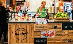 FRESHOP is a juice bar chain with stands located mainly in shopping malls. It offers a wide range of fruit juices, smoothies, yogurts and other healthy treats. With the incentive of keeping Freshop a leading player in their field, we decided that a compl…