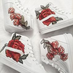 Wahre weiße Custom stieg Floral bestickter Patch Vans Sk8-HI ($125) ❤ liked on Polyvore featuring shoes, sneakers, flower print shoes, floral shoes, floral printed shoes, vans shoes and floral sneakers