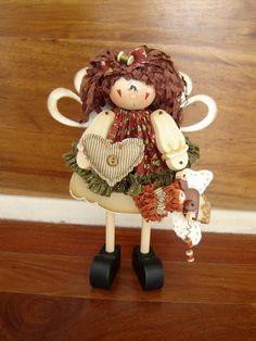 Boneca em madeira MDF, pintada à mão. Roupa e cabelo em tecido 100% algodão nacional e/ou importado.Tenho o Kit de montagem dessa boneca, contendo: apostila,madeira e roupa com acessórios.