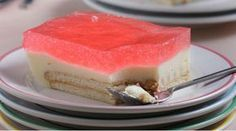 Μαμαδίστικο γλυκό με ζελέ, κρέμα και μπισκότα! Προετοιμασία: 30΄ Παρασκευή: 15΄ Αναμονή: 3½ ώρες Υλικά (για 12 – 15 μερίδες) 6 κουτ. σούπας Ανθος αραβοσίτου βανίλια (σκόνη για κρέμα) 1 λίτρο γάλα φρέσκο, πλήρες + 4 κουτ. σούπας, για άλειμμα των μπισκότων 4 κουτ. σούπας ζάχαρη 1 πακέτο μπισκότα τύπου πτι μπερ (225 γρ.) 2Read More