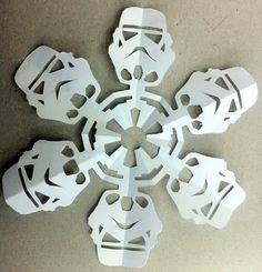 funambul(in)e: Star Wars snowflakes mode d'emploi Paper Snowflake Patterns, Paper Snowflakes, Star Wars Christmas Cards, Christmas Crafts, Decoration Star Wars, Star Wars Snowflakes, Tema Star Wars, Anniversaire Star Wars, Birthday Star
