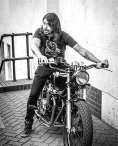 Marque nos comentários seu brother born to be wild . Dave Grohl Tattoo, Rock N Roll, Heavy Metal, Harley Davidson, Born To Be Wild, Foo Fighters Dave Grohl, Taylor Hawkins, Chris Cornell, Music Stuff