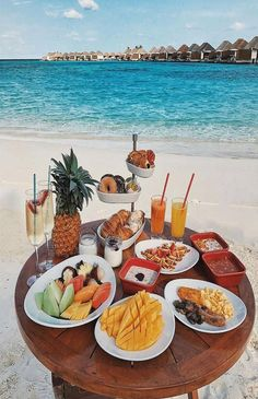 Breakfast in Maldives 😍😍😍 Credits ✨ . for a feature ❤️ Romantic Breakfast, Breakfast In Bed, Perfect Breakfast, Comida Picnic, Breakfast Around The World, Luxury Couple, Dream Vacations, Maldives, Beautiful Places