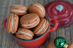 Gingerbread macaroons with white chocolate ginger ganache Sweets Recipes, Just Desserts, Cookie Recipes, Yummy Recipes, French Macarons Recipe, Macaron Recipe, Christmas Cooking, Christmas Desserts, Holiday Treats
