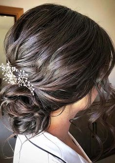 See here amazing styles of low chignon wedding hair styles to show off nowadays. We always recommend this latest low bun hairstyles to every modern woman for bold hair look. This is really amazing hair style to get fantastic hair look in year 2020. Low Chignon, Bun Updo, Updo Hairstyle, Chignon Wedding, Wedding Braids, Low Bun Hairstyles, Braided Hairstyles For Wedding, Beauty Makeup Tips, Hair Looks