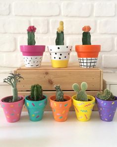 Lovely DIY pattern-painted pots - this would make a cute mother's day or father's day present too! Flower Pot Art, Flower Pot Design, Flower Pot Crafts, Painted Plant Pots, Painted Flower Pots, Painted Pebbles, House Plants Decor, Plant Decor, Diy Flowers