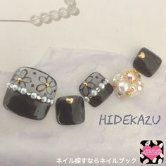 Pedicure in grey pearls