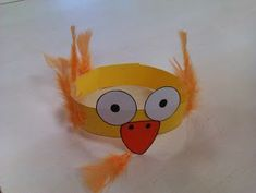 Resultado de imagen de pollo pepe manualidades Preschool Projects, Preschool Crafts, Crafts For Kids, Hat Crafts, Book Crafts, Spring Activities, Activities For Kids, Chicken Hats, Learning English For Kids