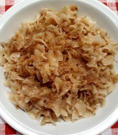 Ahány ház, annyi szokás… tartja a mondás, de abban reméljük mindenki egyetért, hogy a káposztás tészta nagyon finom! 🙂 Hozzávalók 1 kg fehér káposzta, 1 ek cukor, 1/2 dcl olaj, só , őrölt bors tetszés szerint, 1/2 kg kg kocka tészta, vagy széles metélt tészta. Elkészítés A káposztát lereszelem, 1 ek sóval megszórom, hagyom állni … Hungarian Recipes, Hungarian Food, Risotto, Macaroni And Cheese, Oatmeal, Tasty, Dishes, Breakfast, Ethnic Recipes