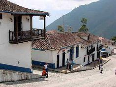 Casas con tejas, balcones y ventanas de madera