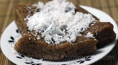 Burmese shwe htamin (sweetened glutinous rice and jaggery garnished with coconut shavings).