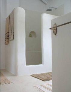 モロッコの漆喰 タデラクトで仕上げた丸みのあるオフホワイトのシャワーブース バスルーム