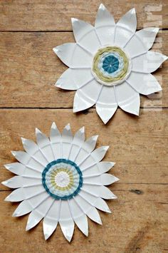 Paper Plate Weaving How To - such a gorgeous paper plate craft for kids. Turn your paper plates into weaving with this flower paper plate weaving activity. Paper Plate Art, Paper Plate Crafts, Paper Plates, Weaving For Kids, Weaving Art, Weaving Looms, Weaving Projects, Art Projects, Yarn Crafts