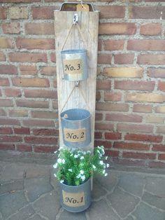 Steigerplank met haakjes en blikken voor bijv. plantjes