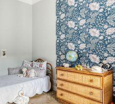 Papier peint Ava rose et bleu marine - Collection Kubel Kids - Sandberg Kids Room, Wallpaper, Decor, Furniture, Kidsroom, Home Goods, Home, Wood Furniture, Home Decor